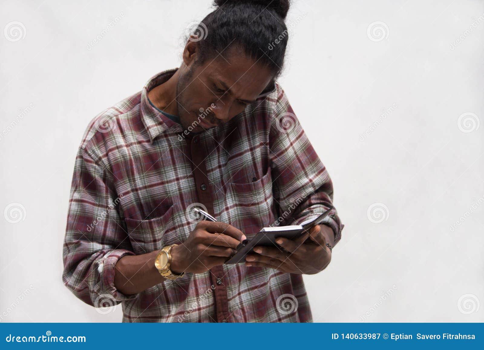 Η στενή ευθεία άποψη της λήψης μαύρων σημειώνει μιλώντας στα τηλέφωνα, νέα συζήτηση ατόμων της Παπούας με το smartphone ενώ γράψτ
