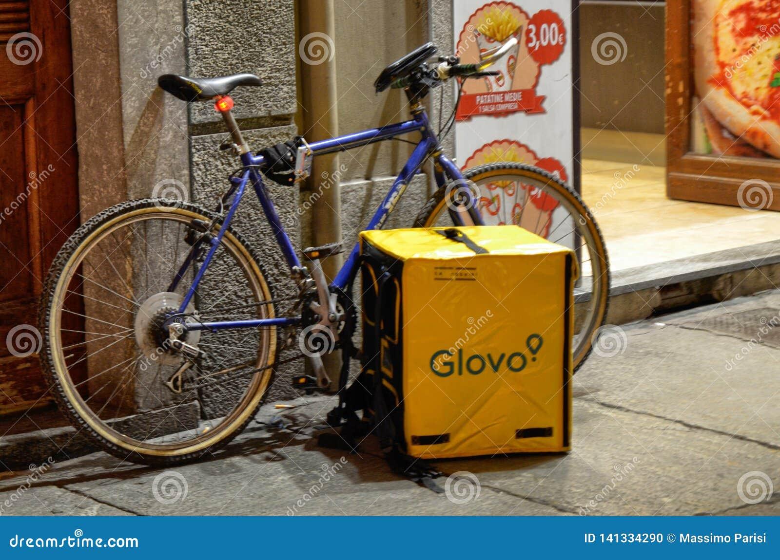 Η τσάντα και το ποδήλατο ενός εργαζομένου από Glovo
