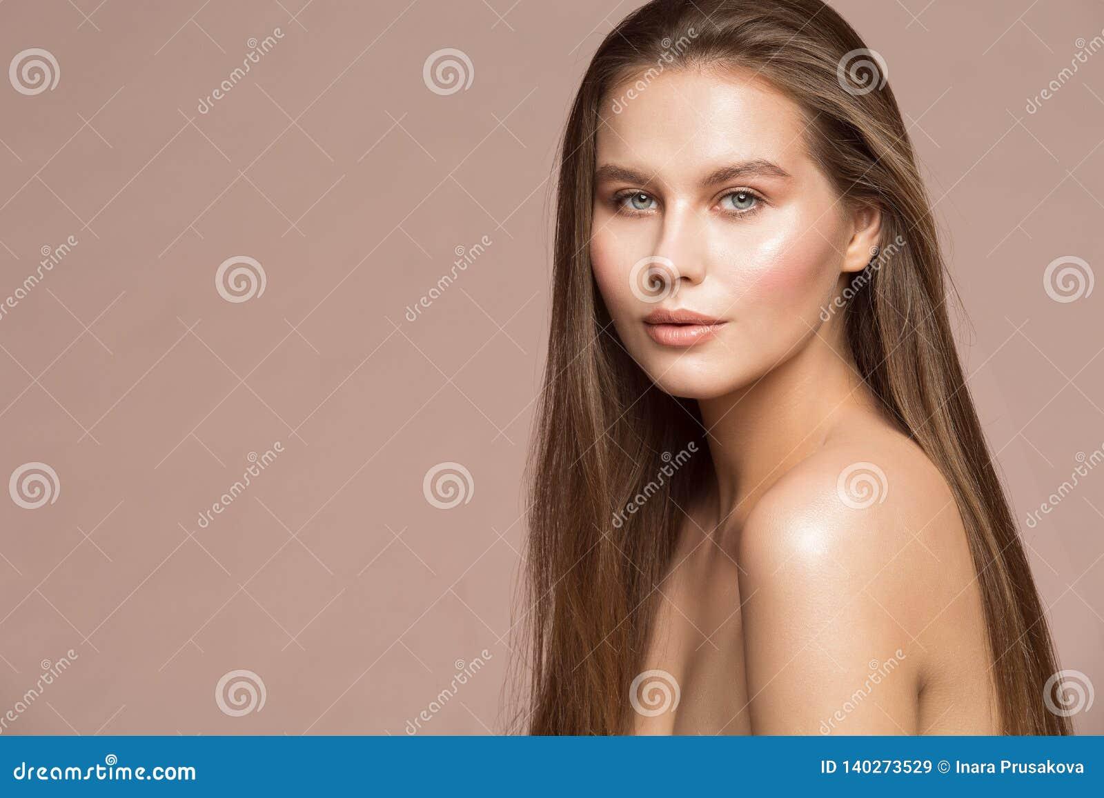 Η πρότυπη ομορφιά Makeup μόδας, όμορφο μακρυμάλλες υγρό δέρμα γυναικών αποτελεί, πορτρέτο στούντιο κοριτσιών