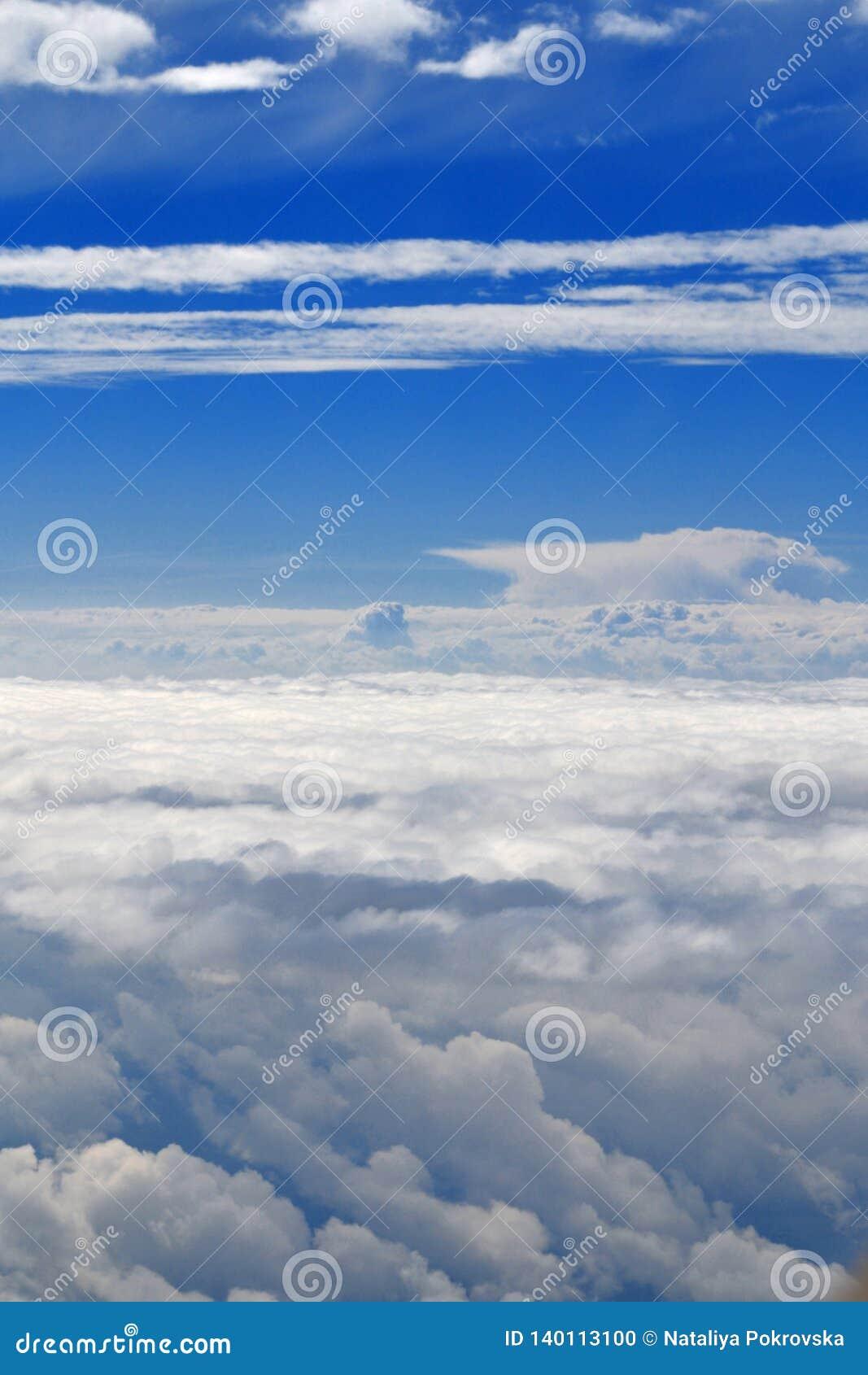 Θαυμάσιος μπλε ηλιόλουστος ουρανός επάνω από τα σύννεφα από την άποψη αεροπλάνων Χρόνος Doog για το ταξίδι