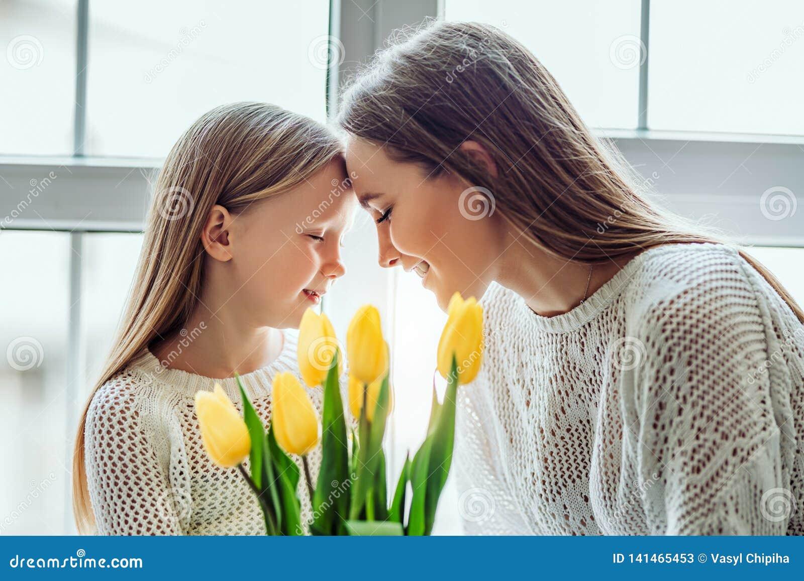 Θα σας φροντίσω πάντα Νέα μητέρα και η κόρη της που βάζουν τα κεφάλια τους μαζί κρατώντας τις προσοχές τους ιδιαίτερες
