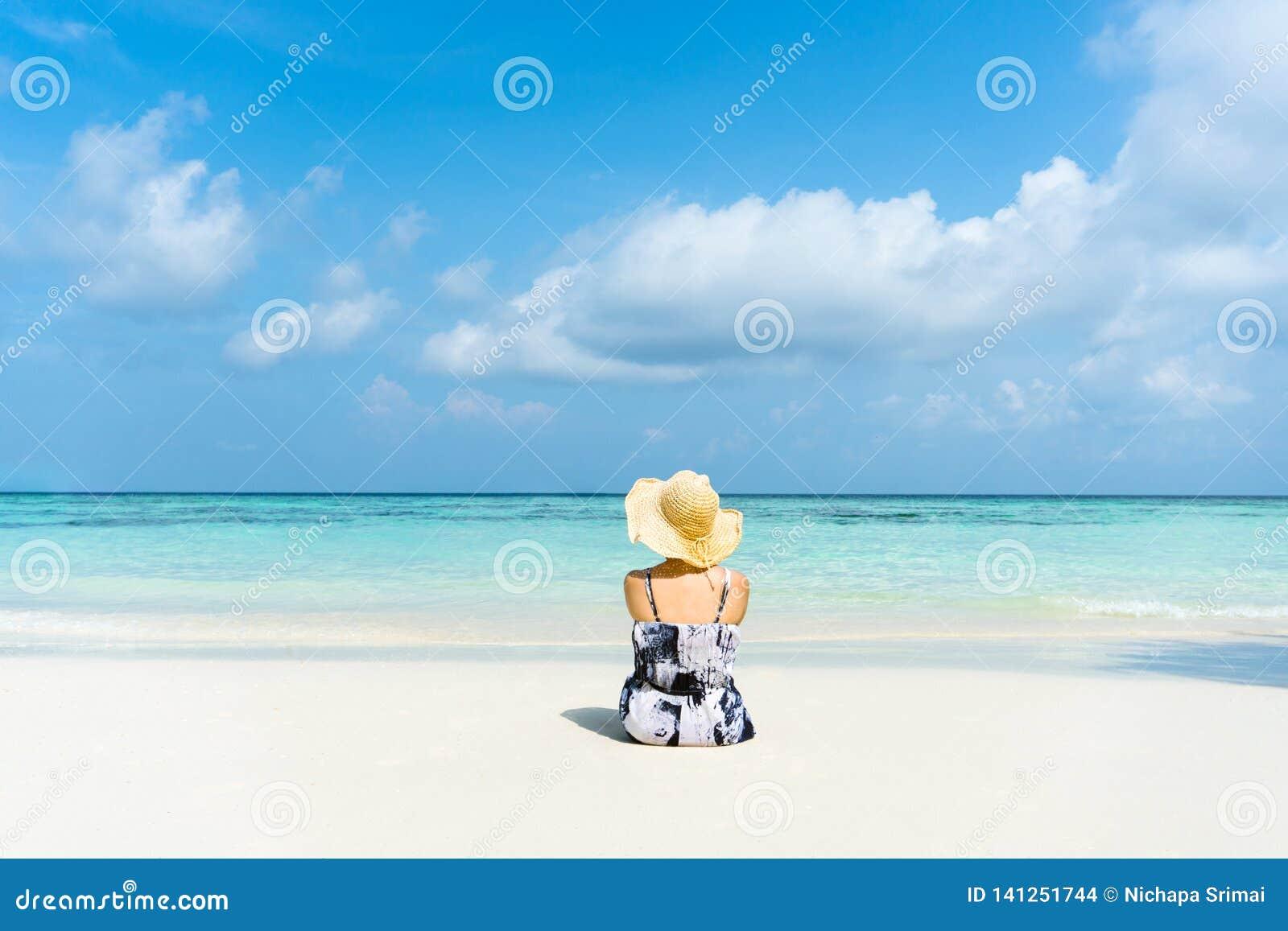 Θερινή η γυναίκα παραθαλάσσιων διακοπών χαλαρώνει στην παραλία στο ελεύθερο χρόνο