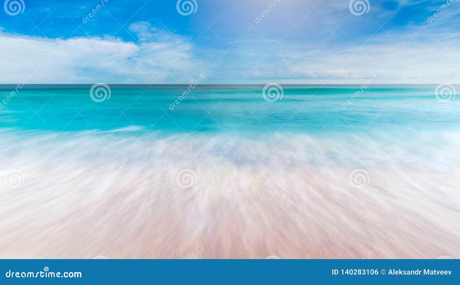 Θερινή θάλασσα με την ομαλή άμμο μπλε ουρανού κυμάτων και ελεύθερου χώρου