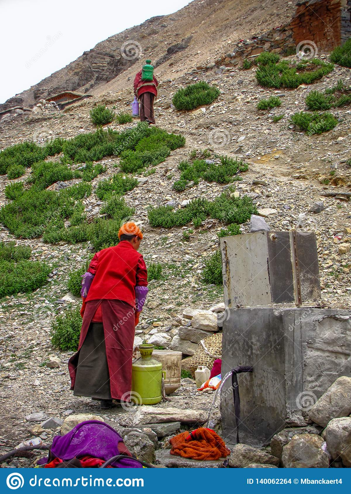 Θιβετιανά άτομα που παίρνουν το νερό σε μια βρύση, Rongbuk, Θιβέτ, Κίνα