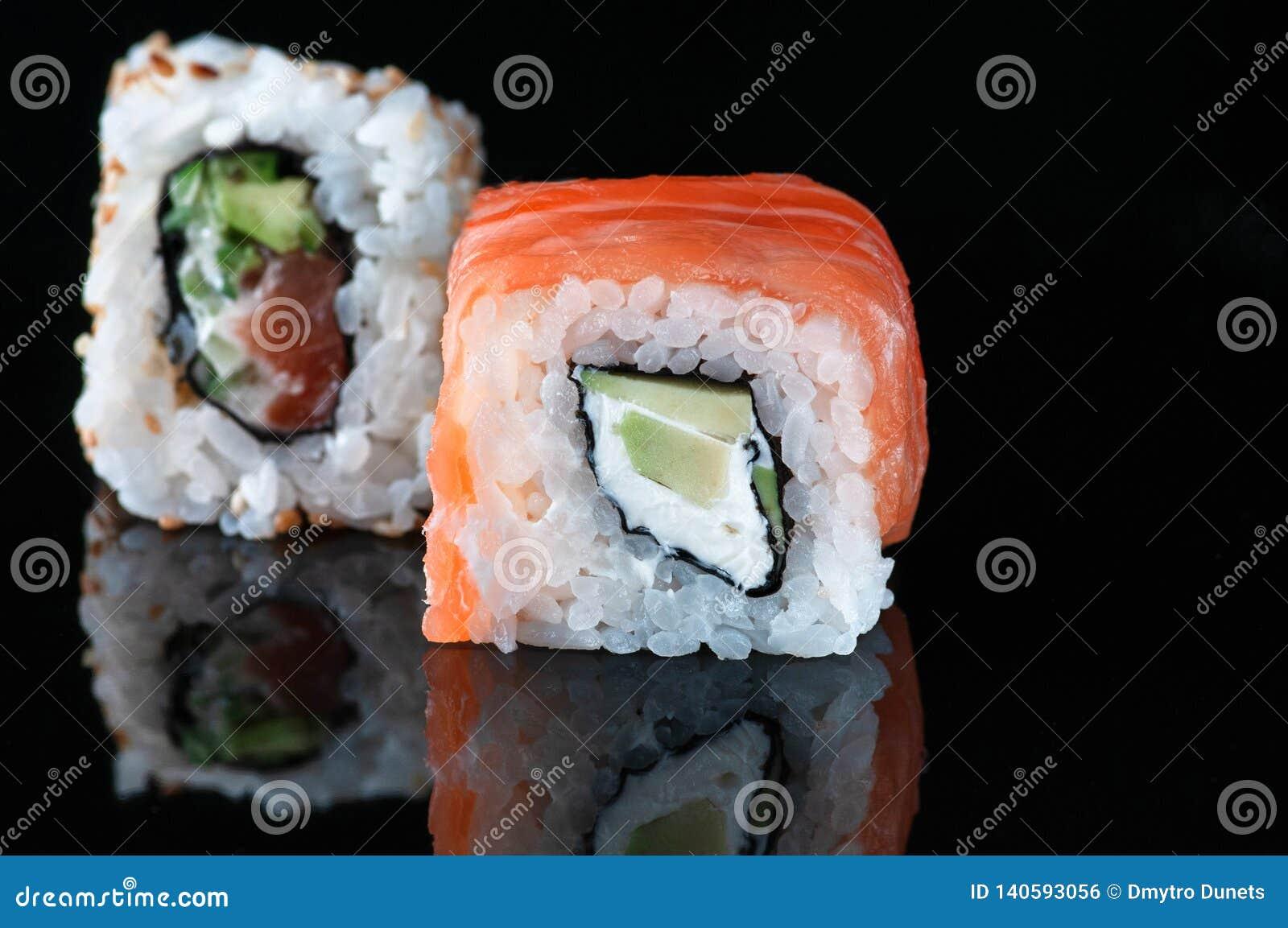 Ιαπωνικά σούσια με το ρύζι αβοκάντο σολομών