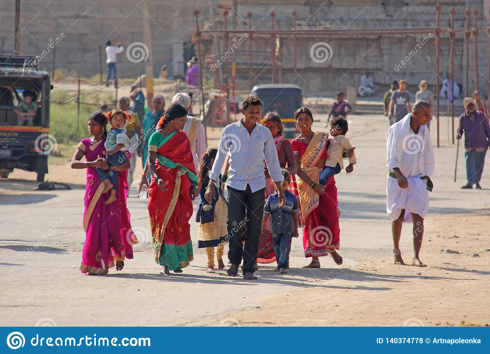 Ινδία, Hampi, στις 2 Φεβρουαρίου 2018 Ο κεντρικός δρόμος του χωριού Hampi είναι γυναίκες στα φωτεινά και ζωηρόχρωμα saris, άνδρες
