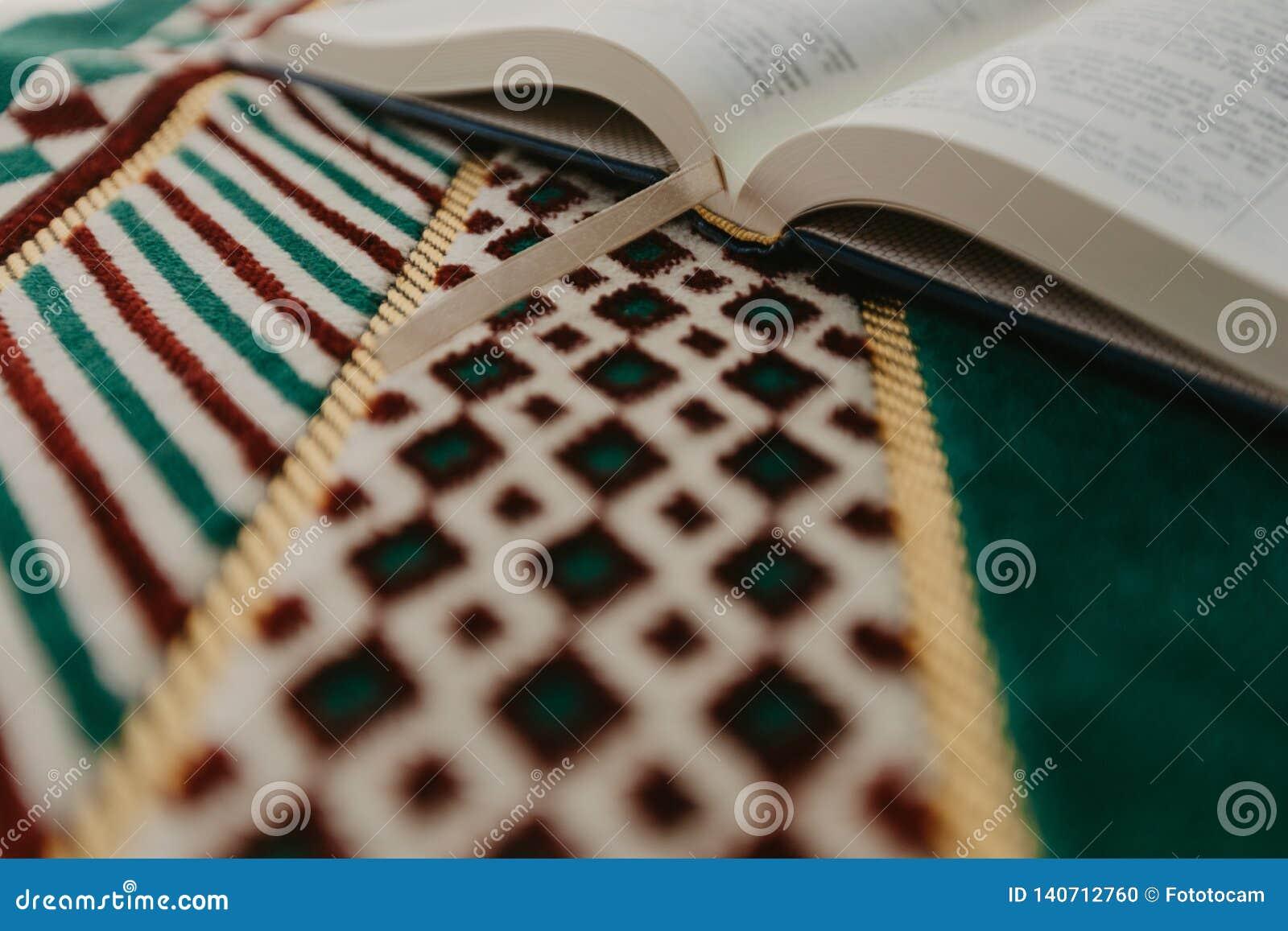 Ισλαμική έννοια - το ιερό Quran σε μια επίκληση ματ - εικόνα