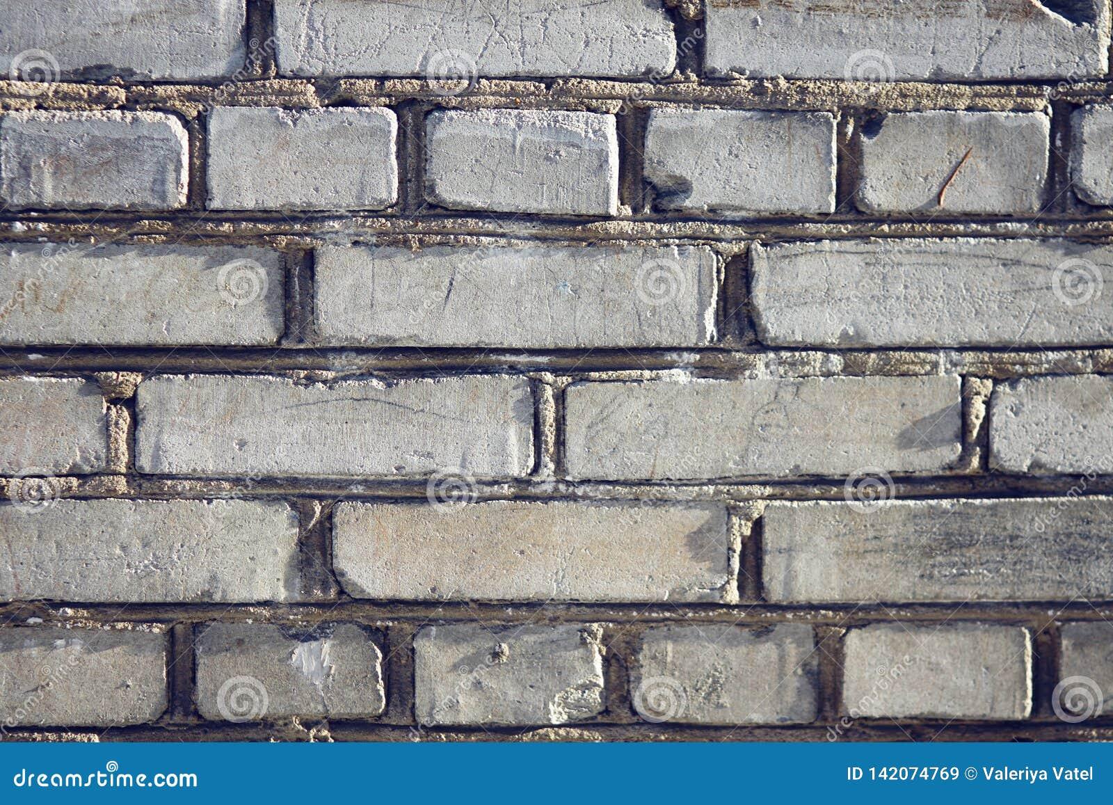 Ισχυρός τοίχος ενός συνηθισμένου σπιτιού, που χτίζεται των τούβλων