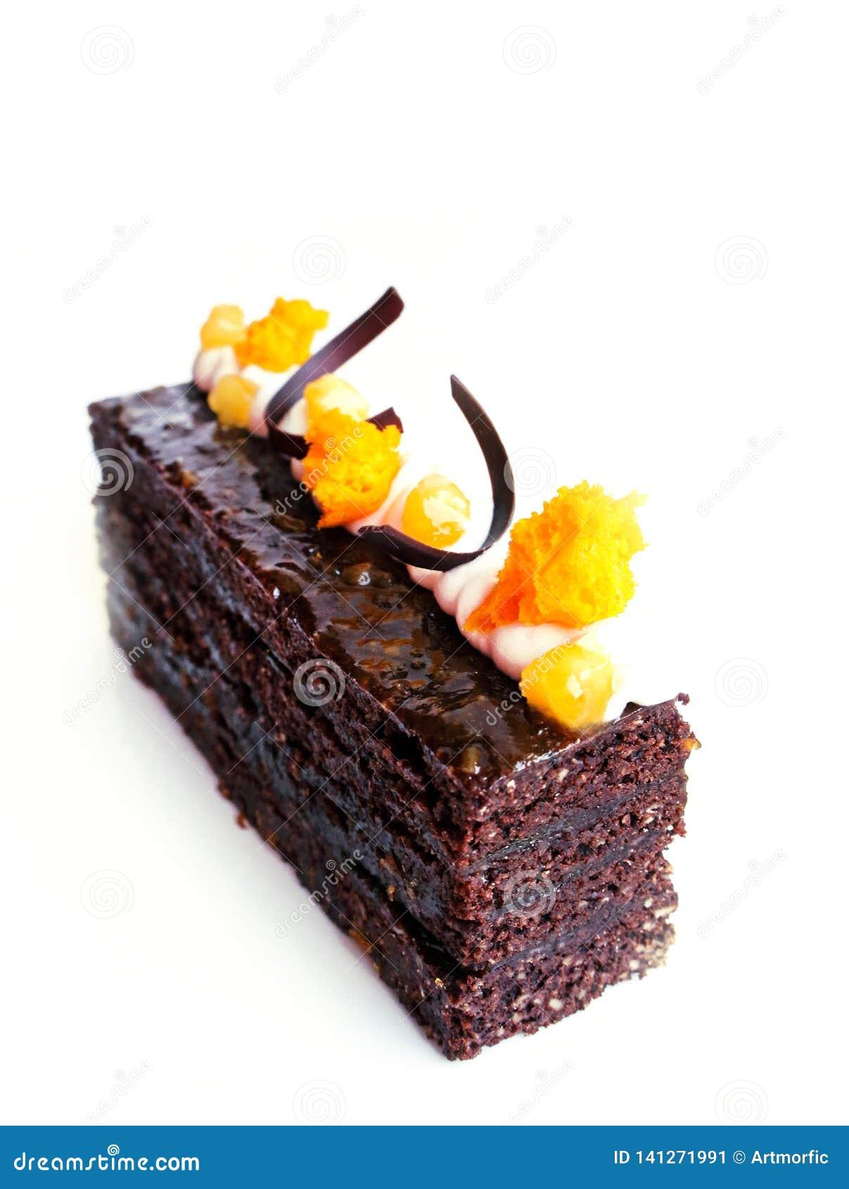 Κέικ σοκολάτας Sacher με τα βερίκοκα και τις διακοσμήσεις σοκολάτας