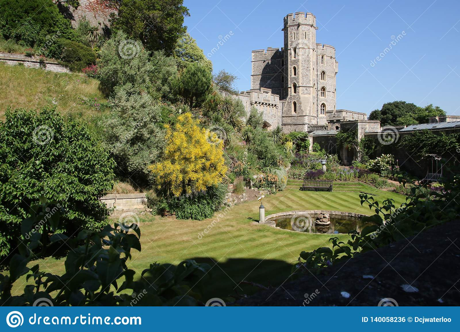 Κήπος και πηγή του Castle Windsor μια ασυννέφιαστη θερινή ημέρα