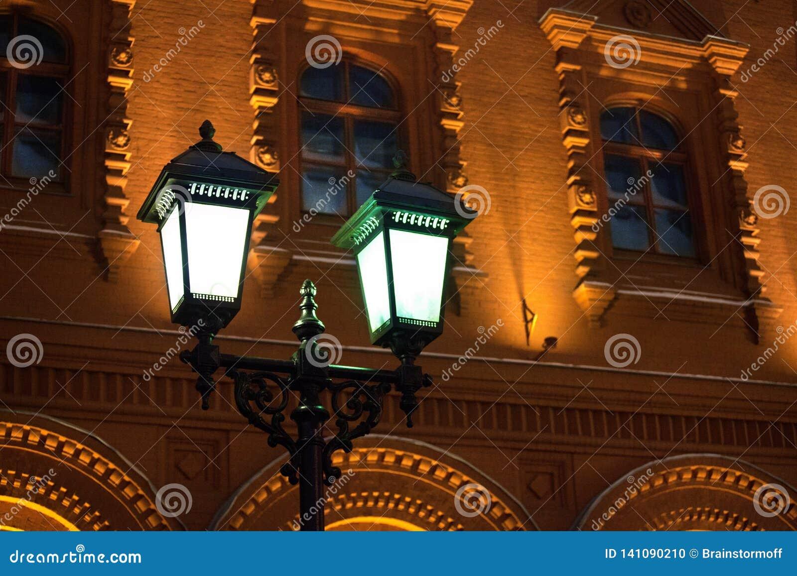 Καμμένος καίγοντας φανάρι στο στυλοβάτη σιδήρου στο αρχαίο κέντρο Μόσχα, Ρωσία υποβάθρου τουβλότοιχος κτηρίου κίτρινο ιστορικό κο
