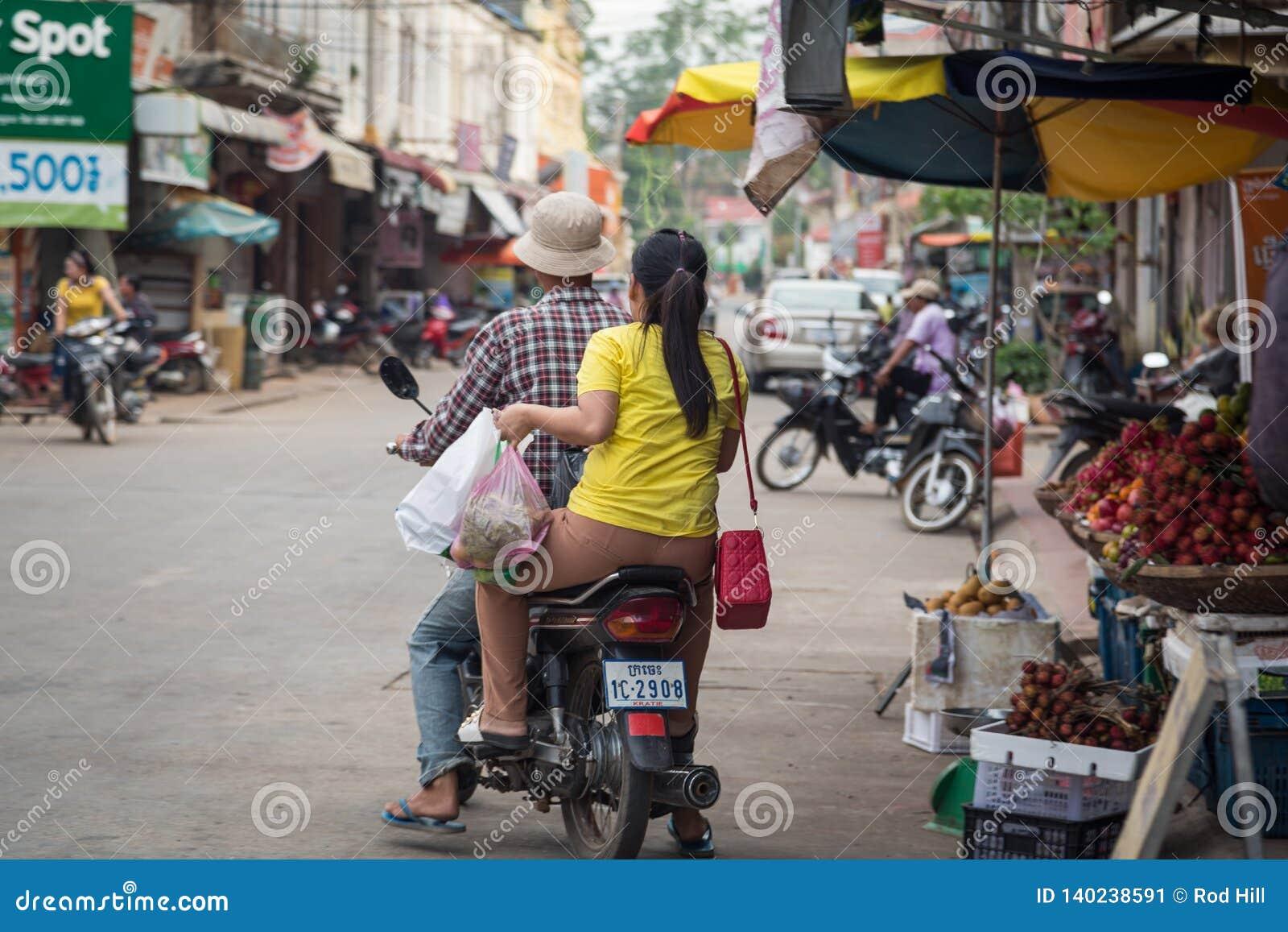 Καμποτζηανοί που ψωνίζουν στις τοπικές αγορές τροφίμων Kratie, Καμπότζη - 8 Δεκεμβρίου 2018