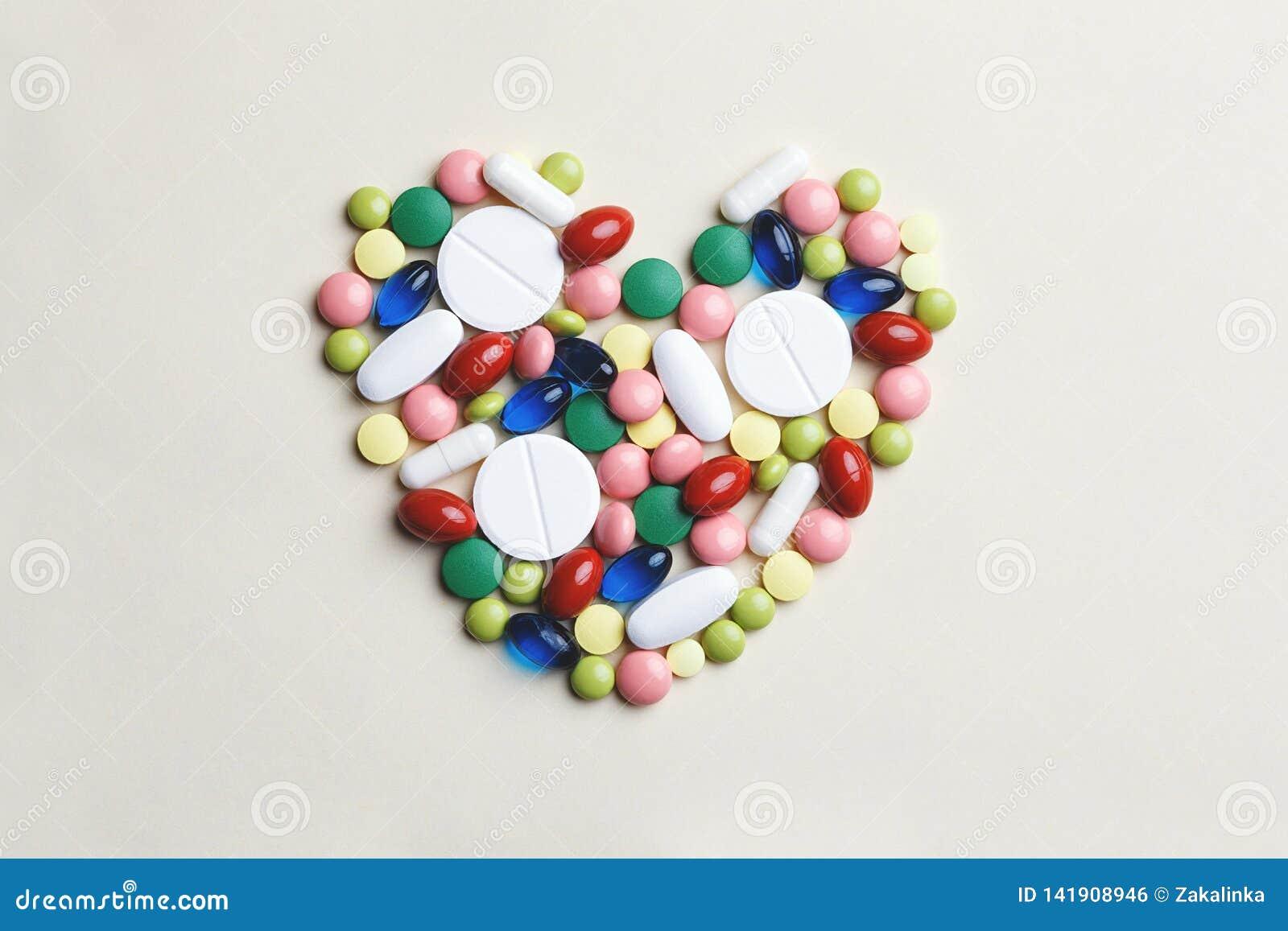 Καρδιά φιαγμένη από ανάμεικτα πολύχρωμα χάπια