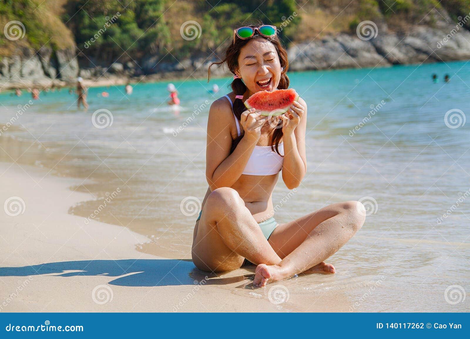 Καρπούζι υπό εξέταση ενάντια στη θάλασσα εννοιολογική φωτογραφία για το καλοκαίρι