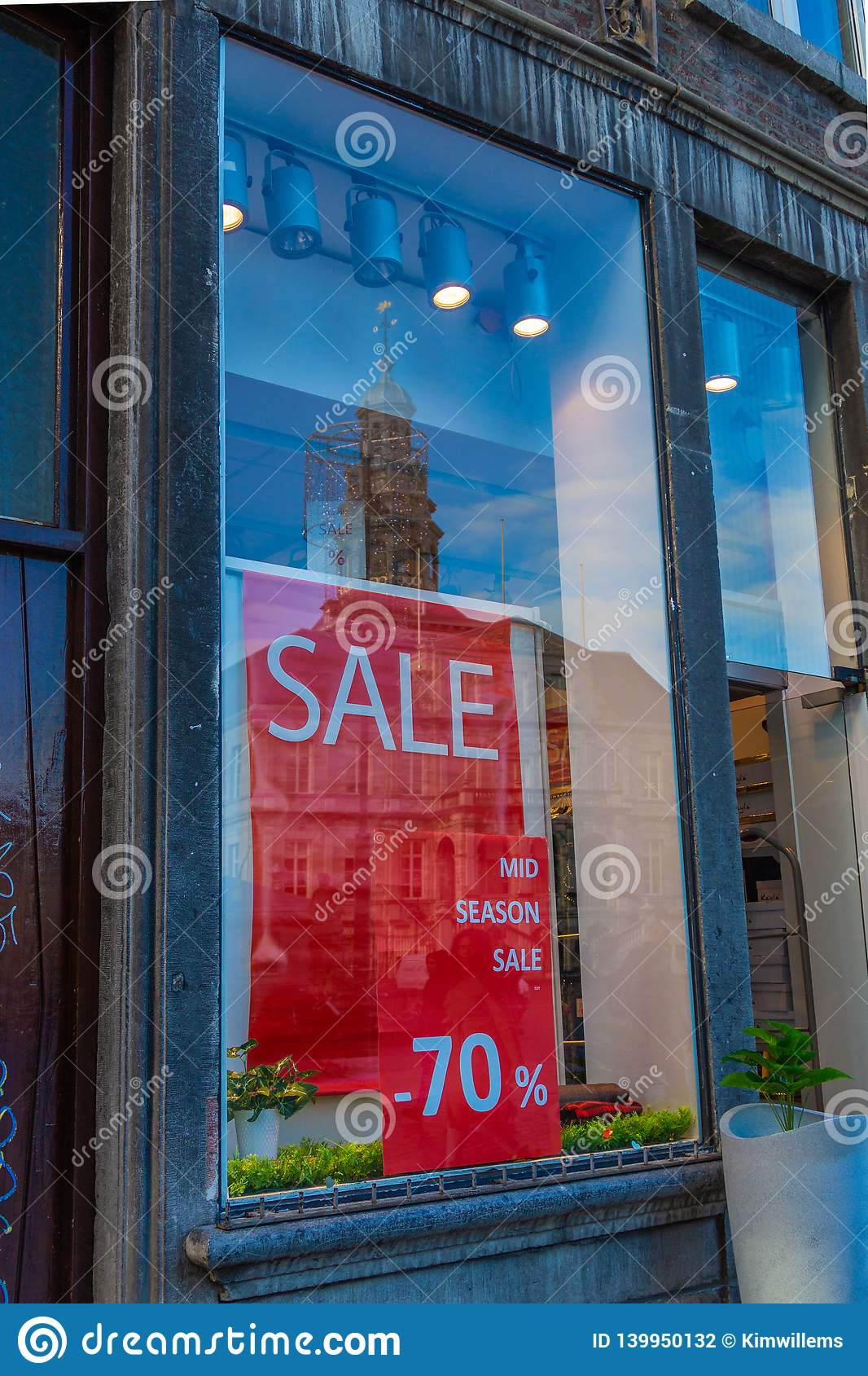 Καταναλωτισμός και πώληση μέσα κεντρικός στο Μάαστριχτ με μια αντανάκλαση της αίθουσας πόλεων