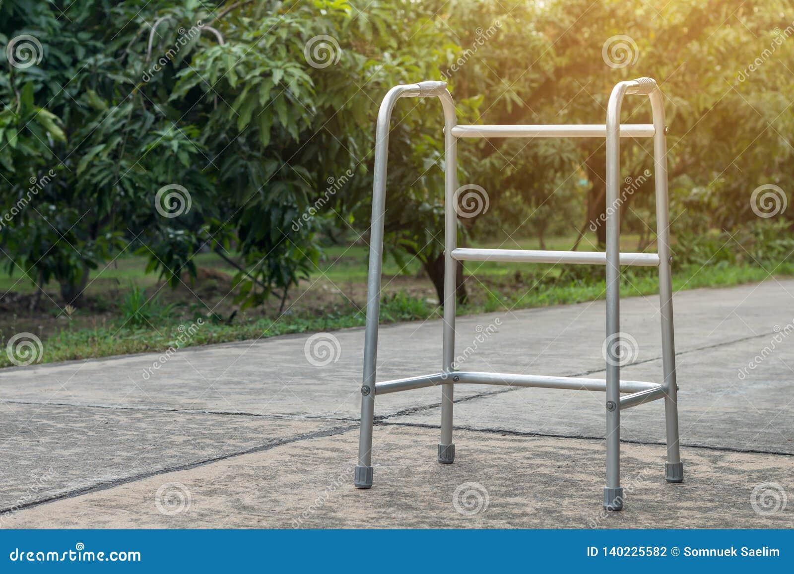 Κενοί ραβδί περπατήματος ή κάλαμος προσωπικού για τον ασθενή ή τον πρεσβύτερο ή ηλικιωμένοι άνθρωποι στο μπροστινό σπίτι, υγιής ι
