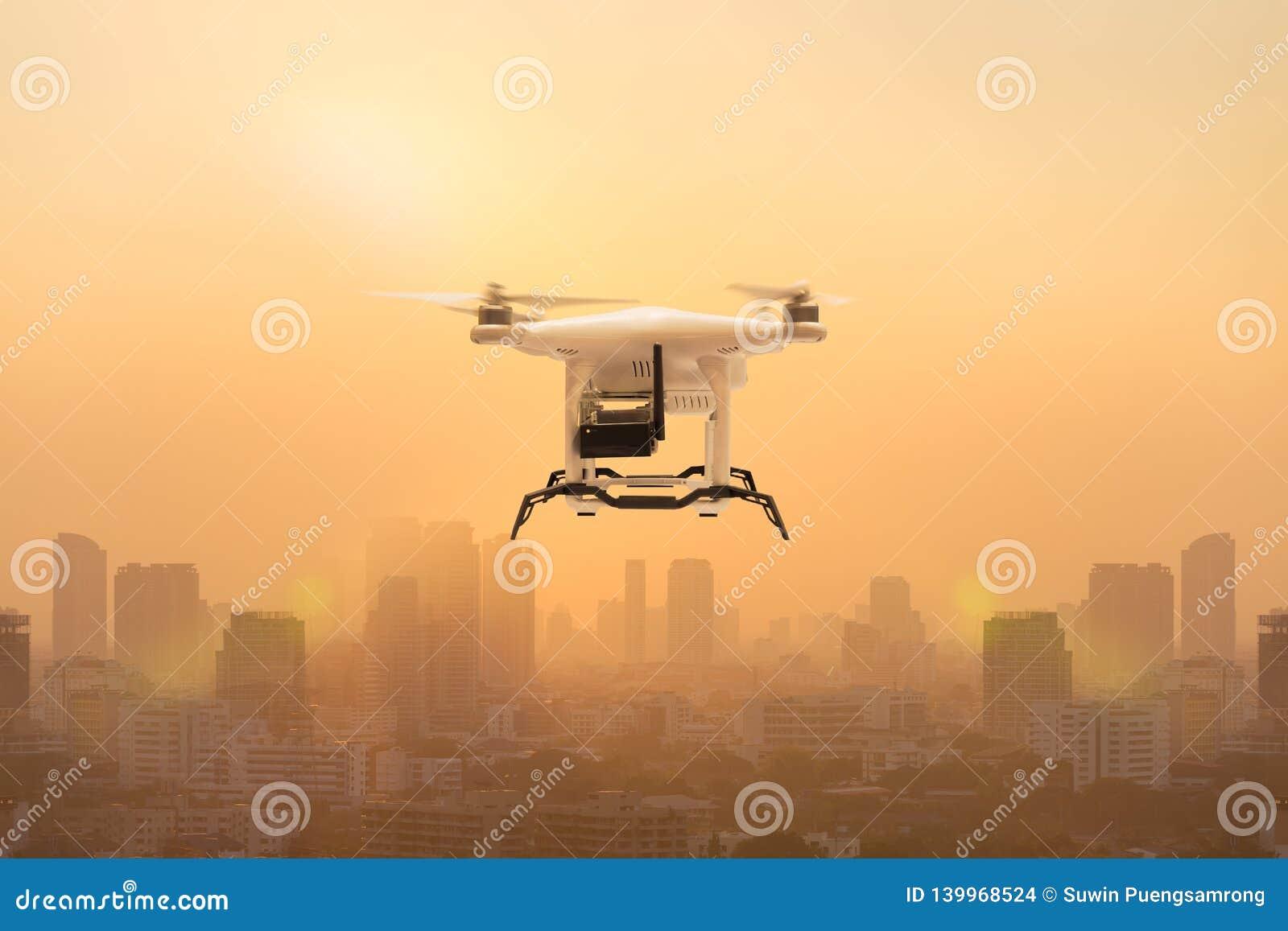 Κηφήνας που πετά για να μετρήσει τα μόρια σκόνης στον αέρα πέρα από τη μητρόπολη, τεχνολογία 4 0 έννοια