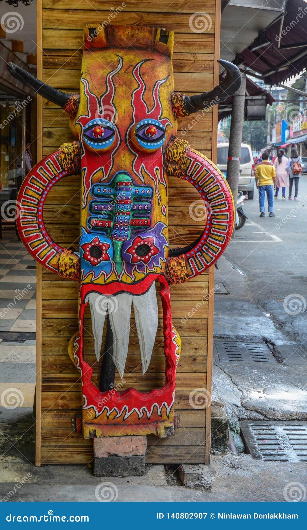 Κινεζική ξύλινη μάσκα στην αγορά