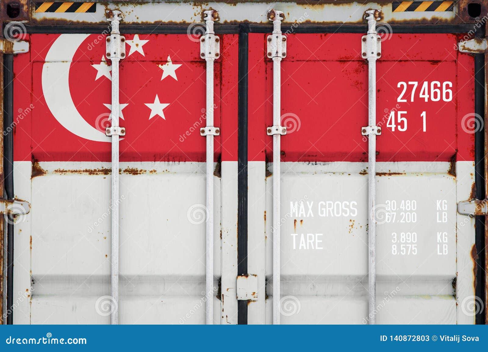 Κινηματογράφηση σε πρώτο πλάνο του εμπορευματοκιβωτίου με τη εθνική σημαία