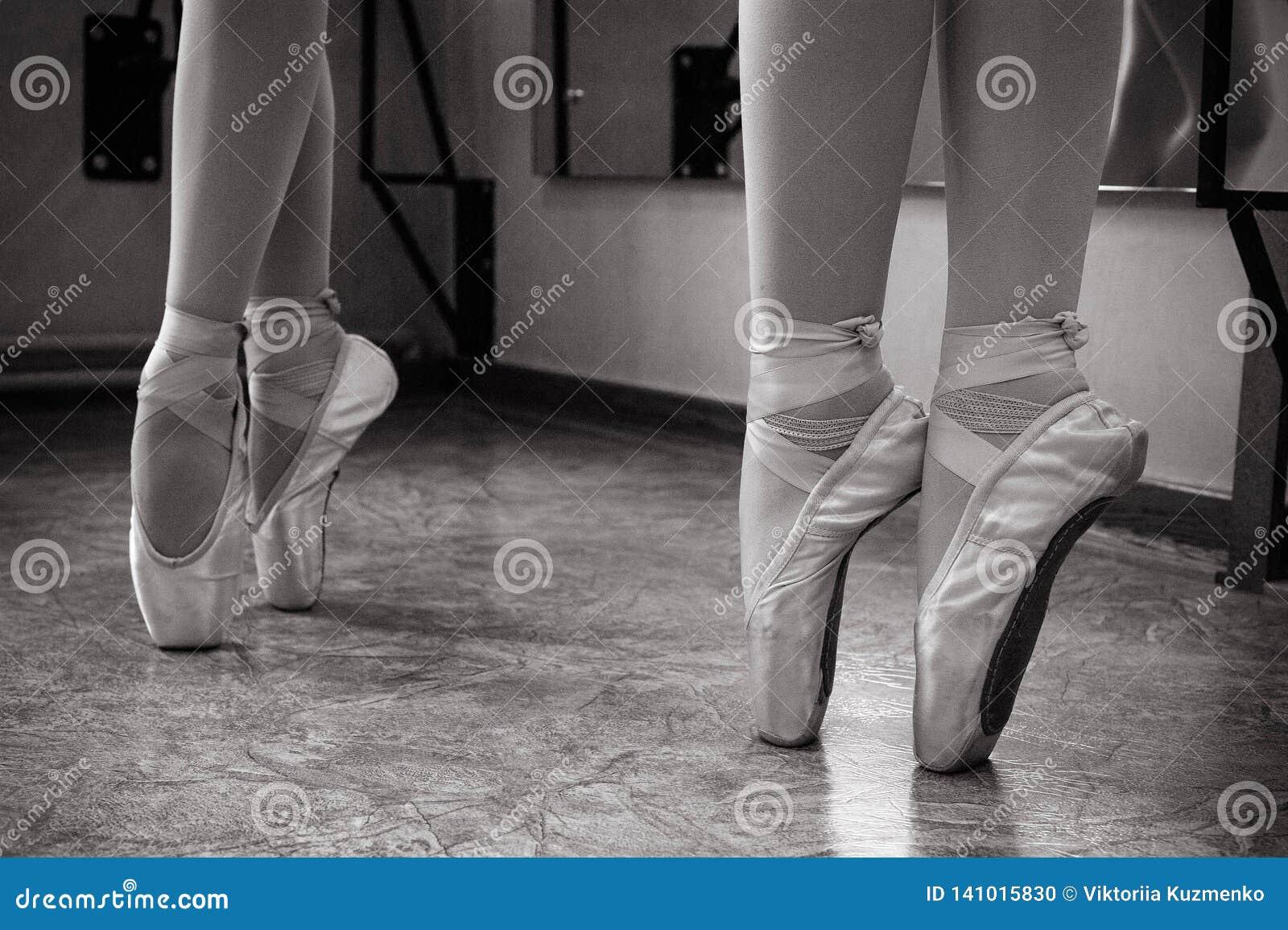 Κινηματογράφηση σε πρώτο πλάνο των ποδιών ballerina στα παπούτσια pointe στην αίθουσα χορού Εκλεκτής ποιότητας φωτογραφία Κινηματ