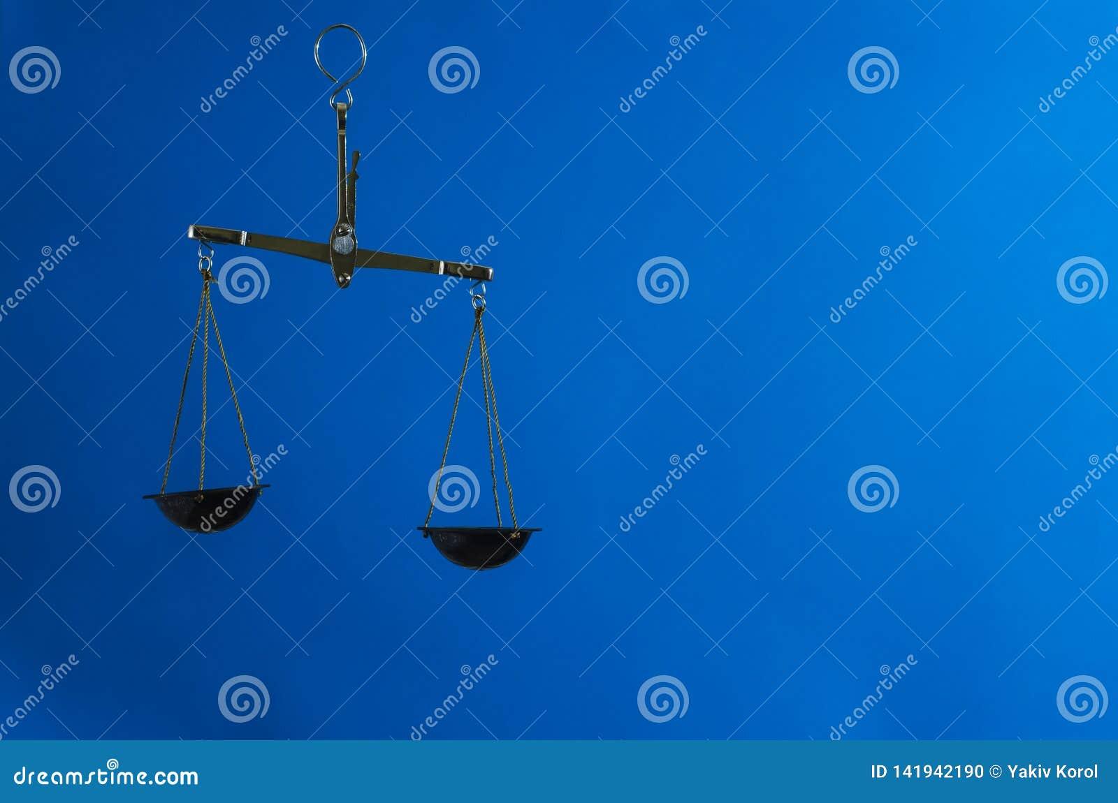 Κλίμακες νόμου στο μπλε υπόβαθρο