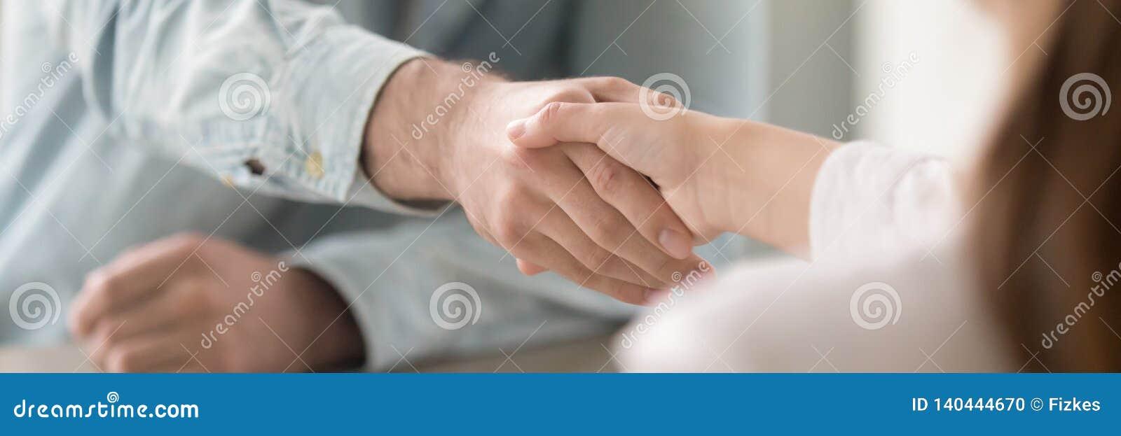 Κλείστε επάνω τα πανοραμικά χέρια τινάγματος επιχειρηματιών και επιχειρηματιών εικόνας