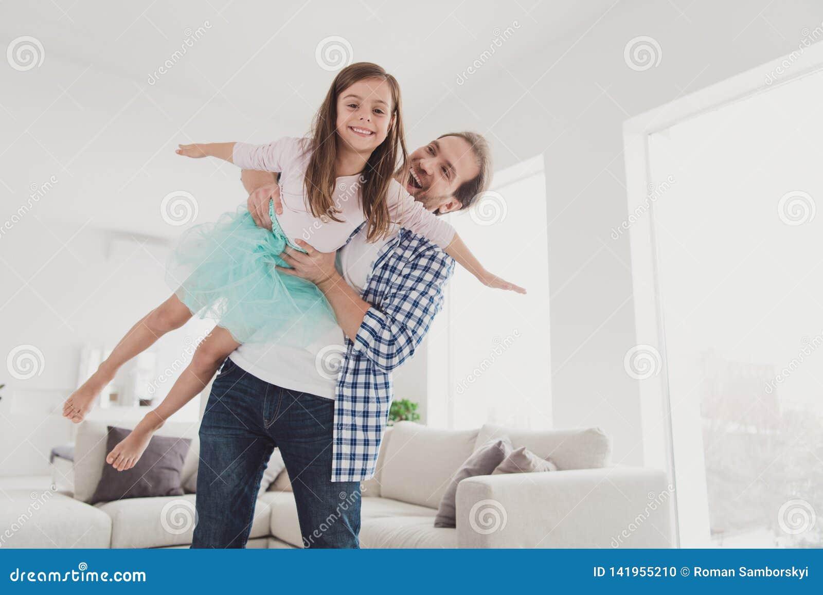 Κλείστε επάνω τη φωτογραφία λίγη αυτή το κορίτσι της όμορφο αυτός αυτός η πριγκήπισσα λαβής πατέρων του όπως την ευτυχή ένδυση τη