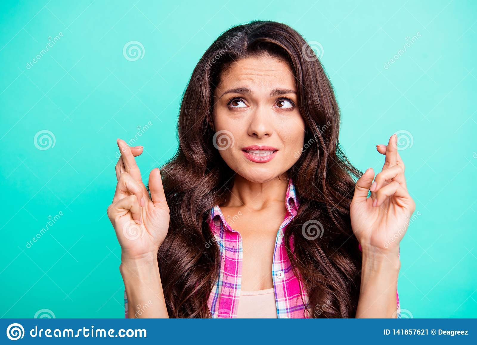 Κλείστε επάνω τη φωτογραφία που καταπλήσσει που τα κυματιστά δάχτυλα γυναικείων χεριών της που διασχίζονται ανατρέχει κενό διάστη
