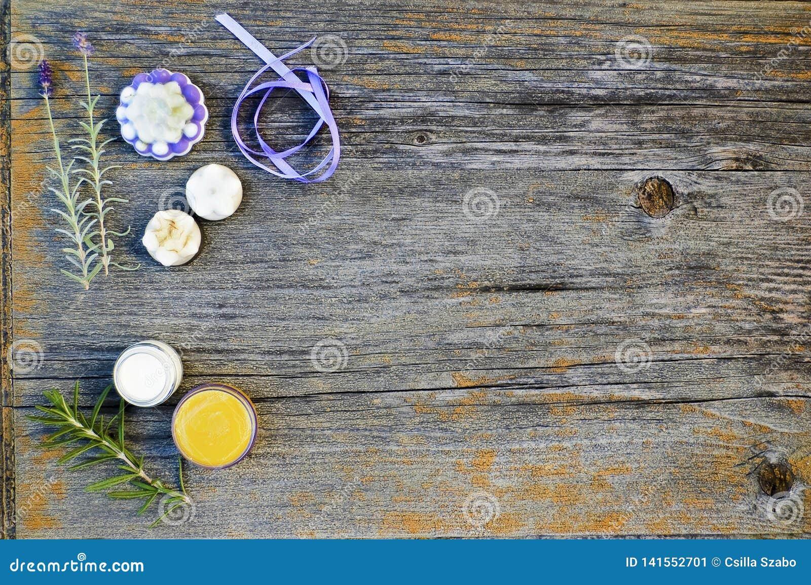 Κλείστε επάνω, τοπ πυροβολισμός των ανάμεικτων οργανικών, χειροποίητων, βοτανικών σαπουνιών μορφής λουλουδιών με lavender, δεντρο