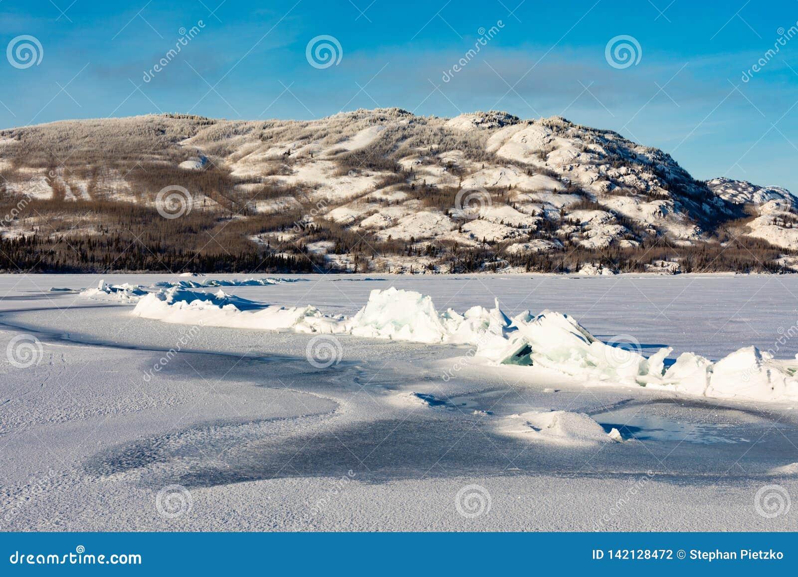 Κορυφογραμμή πίεσης στην παγωμένη λίμνη Laberge Yukon Καναδάς