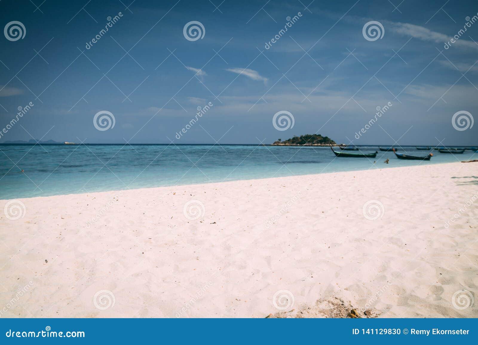 Κρύσταλλο νησιών παραδείσου - σαφής θάλασσα, Blu, φοίνικες, στο fyre
