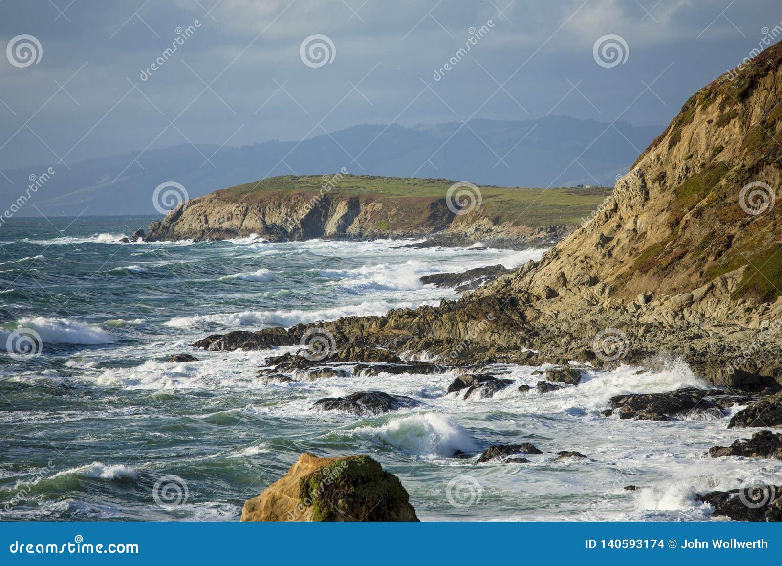 Κύματα που συντρίβουν στην ακτή Καλιφόρνιας κοντά στο Σαν Φρανσίσκο