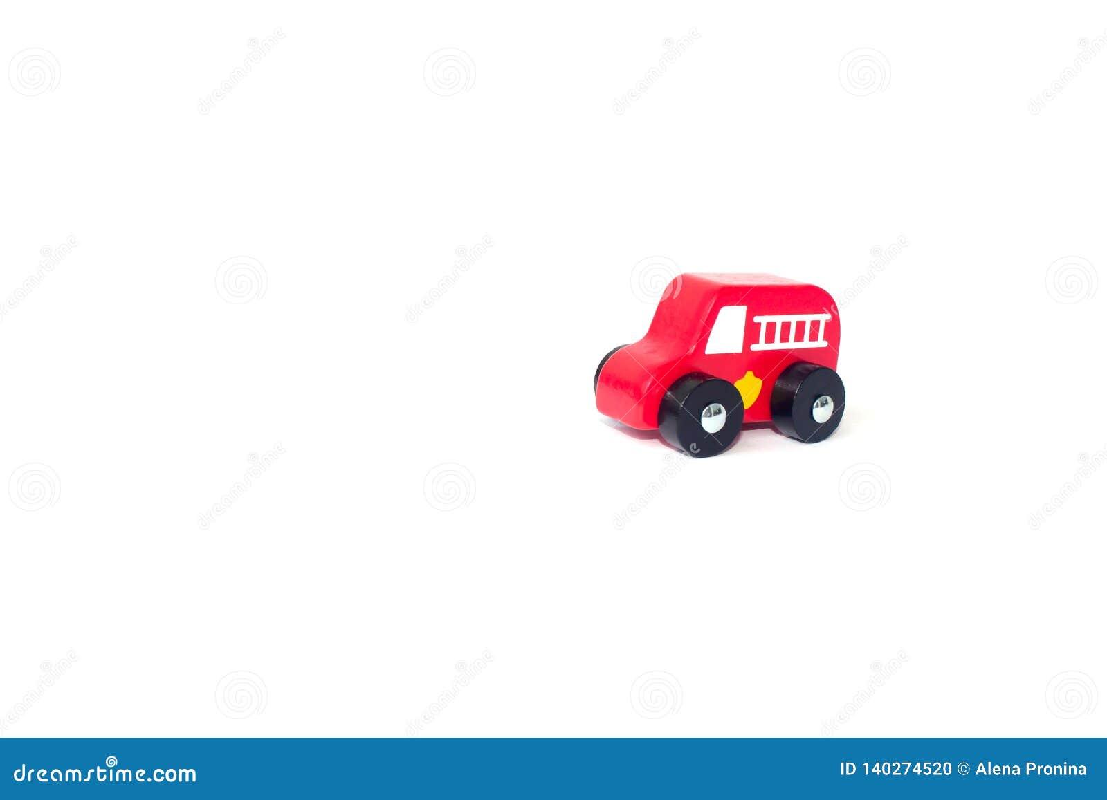 Κόκκινο παιχνίδι πυροσβεστικών αντλιών που απομονώνεται πέρα από ένα άσπρο υπόβαθρο