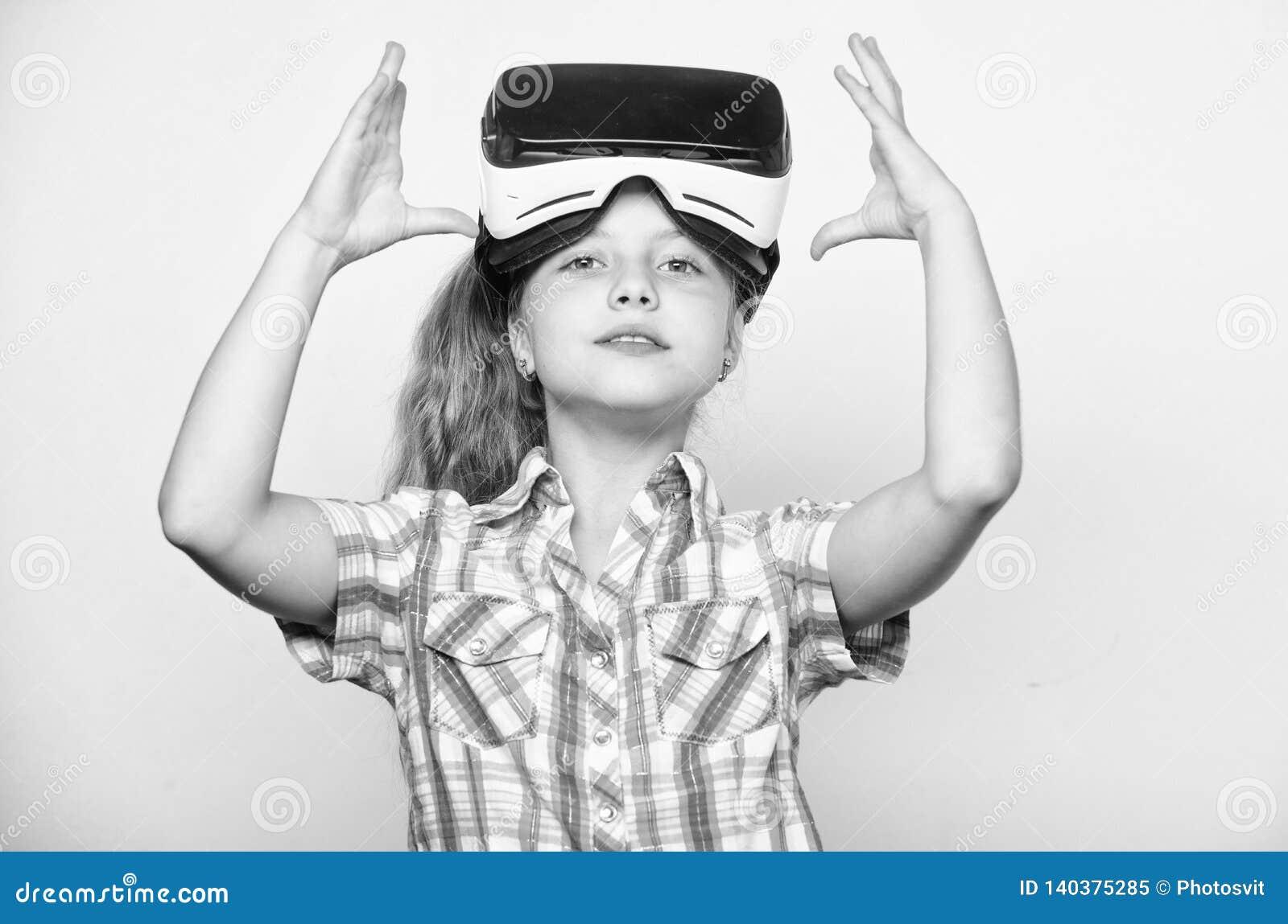 Λίγη έννοια gamer Εικονικά παιχνίδια παιδικού παιχνιδιού με τη σύγχρονη συσκευή Ερευνήστε την εικονική ευκαιρία Νεώτερα παιδιά ει