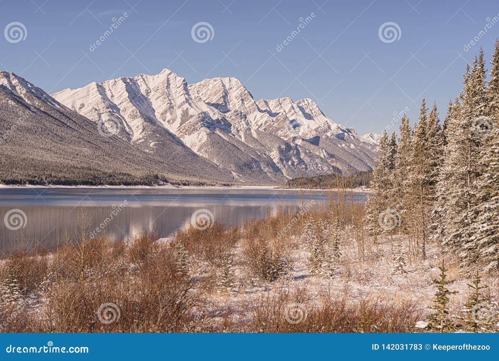 Λίμνη ψεκασμού και δύσκολα βουνά το χειμώνα