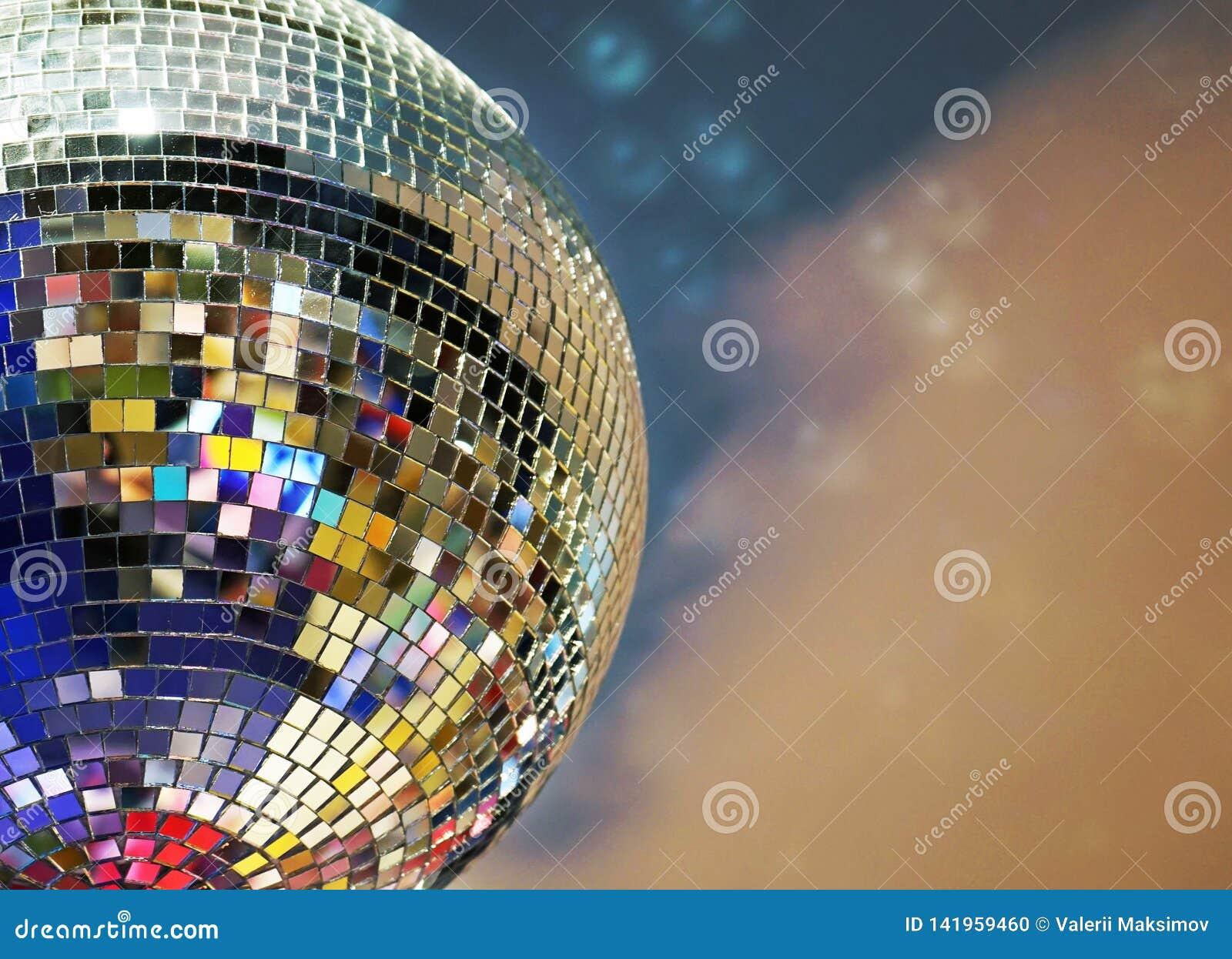 Λαμπρή σφαίρα καθρεφτών με τα ζωηρόχρωμα κυριώτερα σημεία στο disco