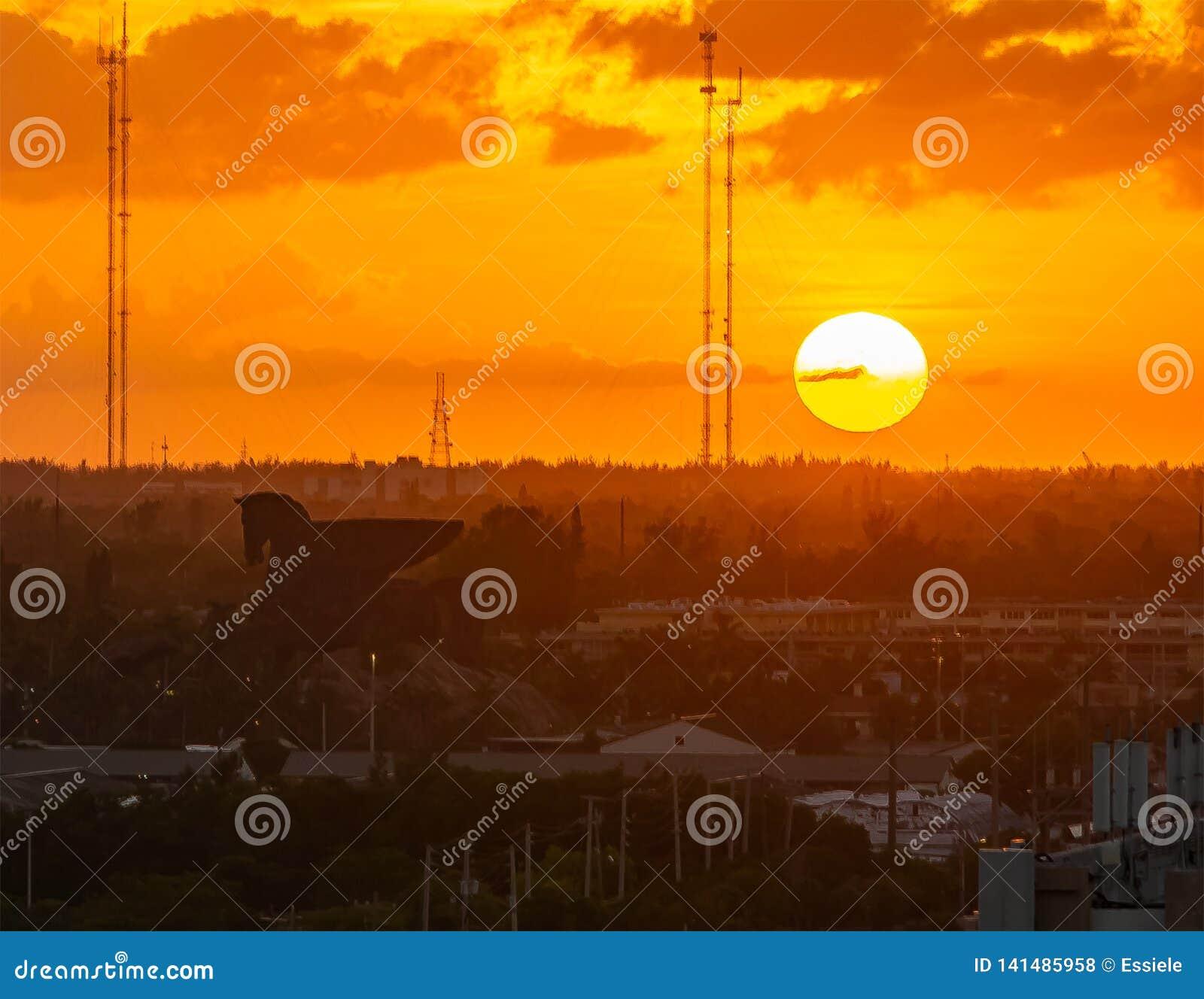 Λαμπρό ηλιοβασίλεμα πέρα από την πόλη Hallandale