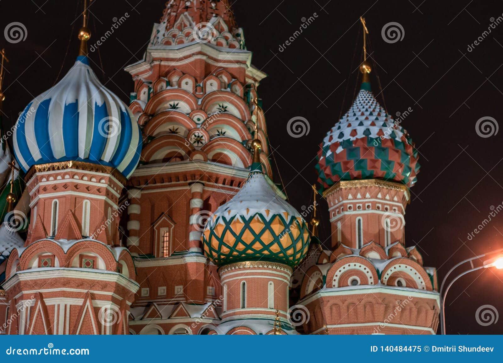 Λεπτομέρεια Architechtural του καθεδρικού ναού του βασιλικού του ST στη Μόσχα τη νύχτα