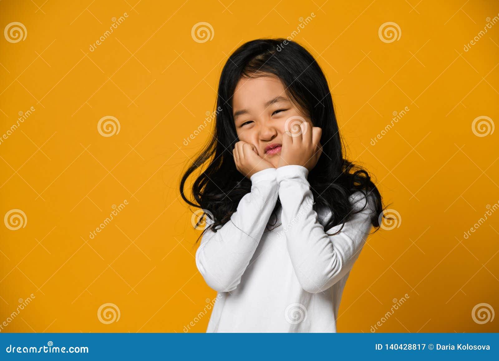 Λυπημένο λίγο ασιατικό κορίτσι έχει το κεφάλι της τα επάνω και λυπημένα βλέμματα