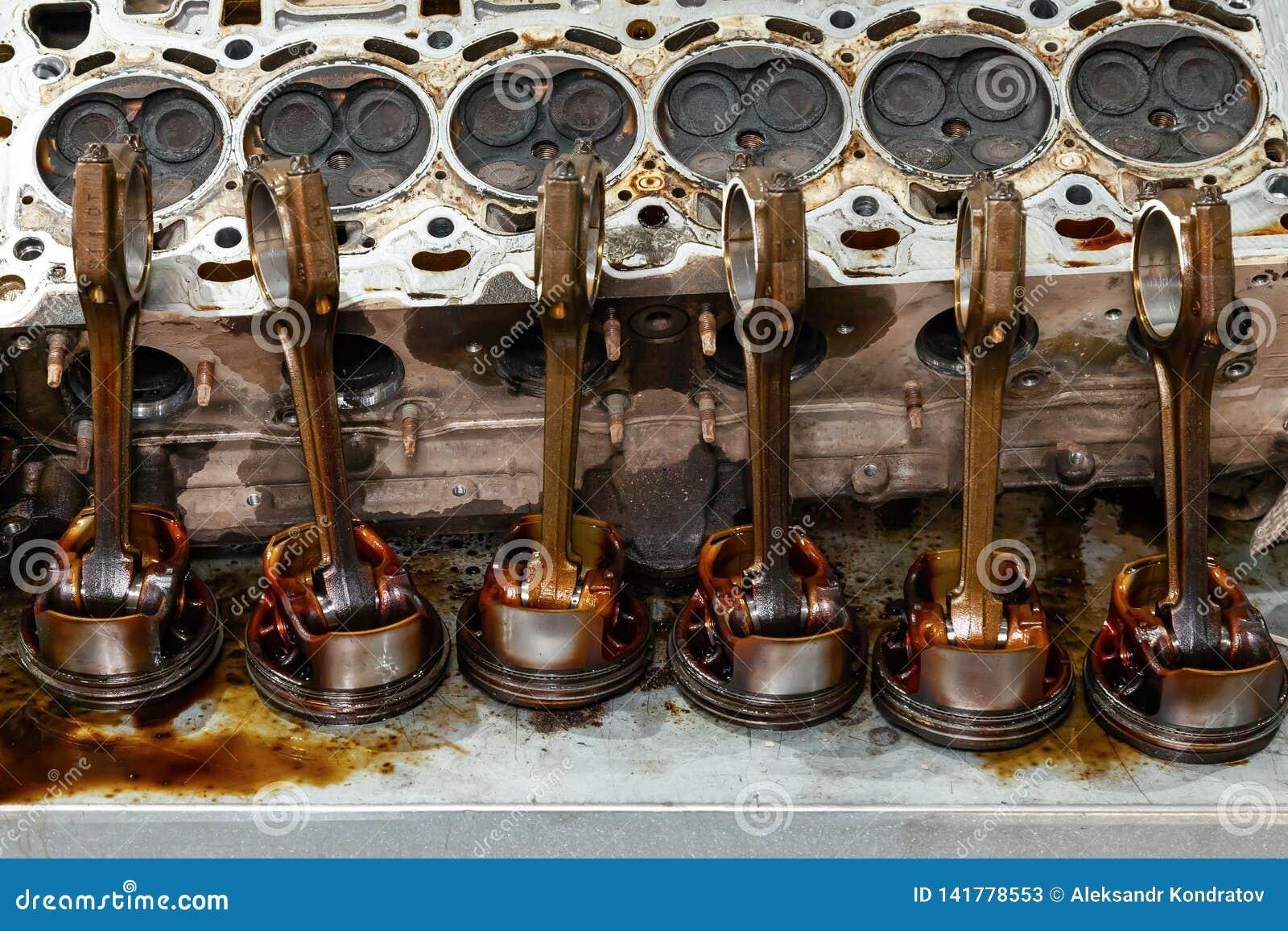 Μέρος της μηχανής που αφαιρείται από ένα χρησιμοποιημένο αυτοκίνητο για την επισκευή του ασημένιων μετάλλου και του αργιλίου με έ