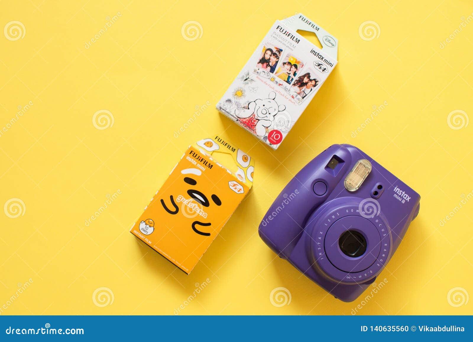 Μίνι κάμερα Fujifilm instax και gudetama και Winnie η στιγμιαία ταινία Pooh στο κίτρινο υπόβαθρο