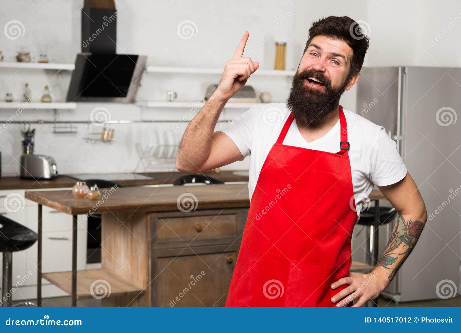Μαγειρική έμπνευση ανάγκης Πώς να μετατρέψει να μαγειρεψει στο σπίτι σε συνήθεια Ατόμων γενειοφόρος στάση ποδιών hipster κόκκινη