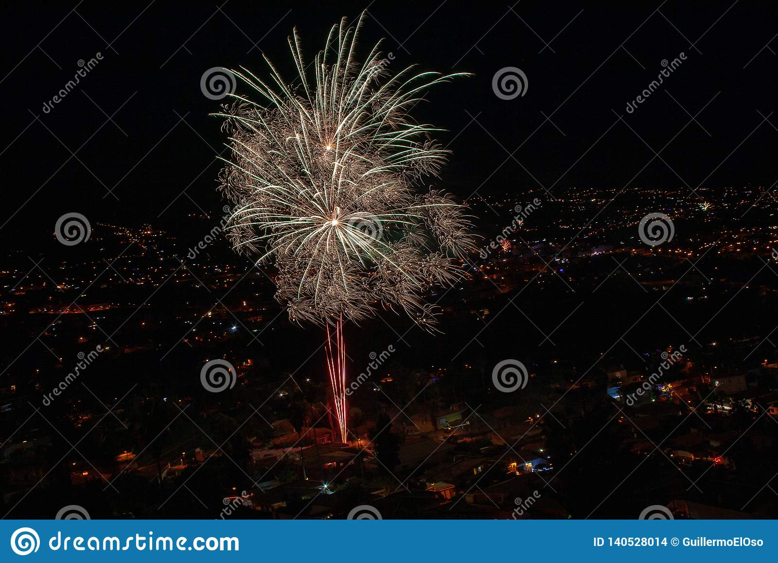 Μεγάλα πυροτεχνήματα πέρα από μια πόλη τή νύχτα