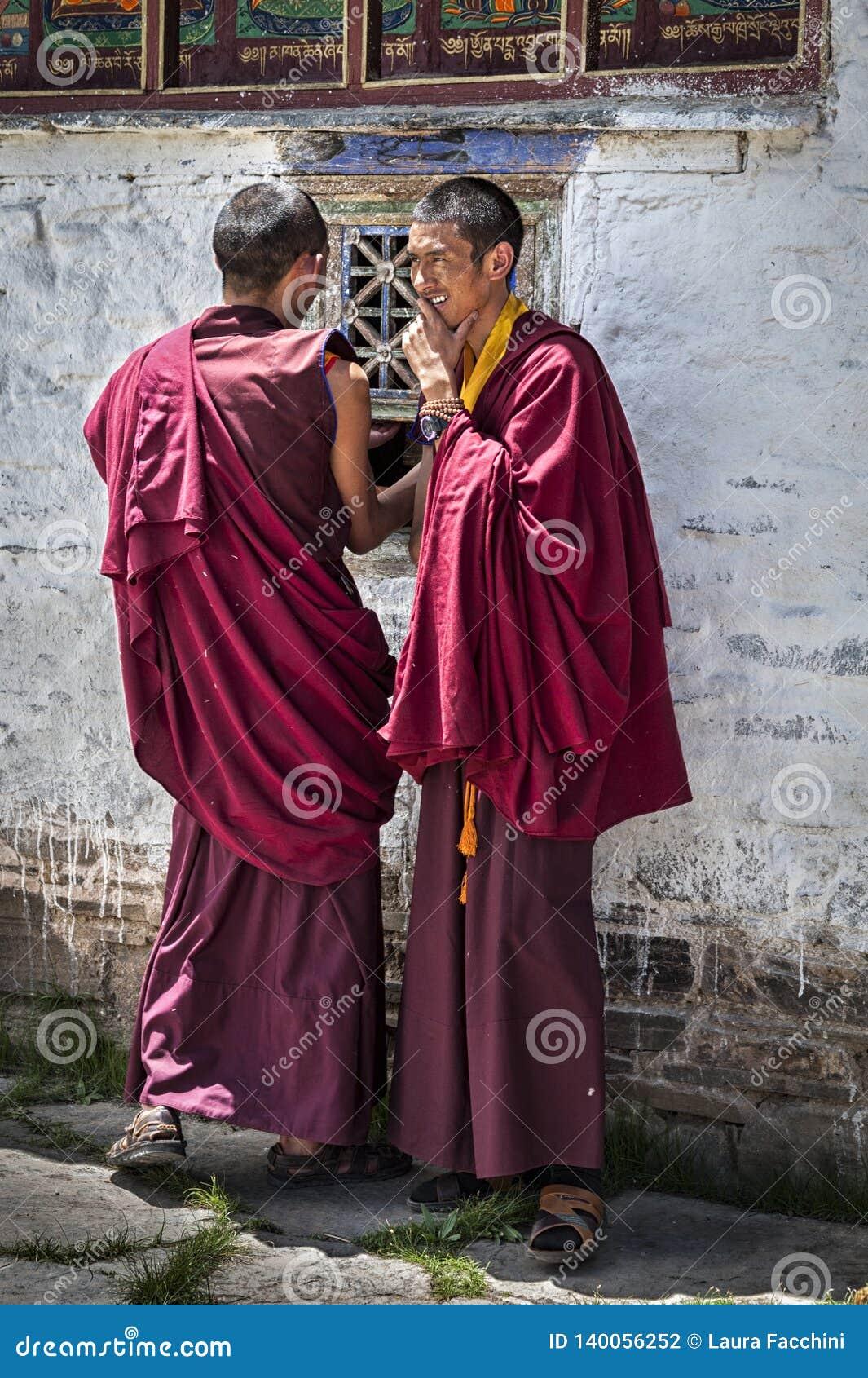 Μη αναγνωρισμένοι νέοι θιβετιανοί μοναχοί στο προαύλιο του μοναστηριού Mindroling - κομητεία Zhanang, νομαρχιακό διαμέρισμα Shann
