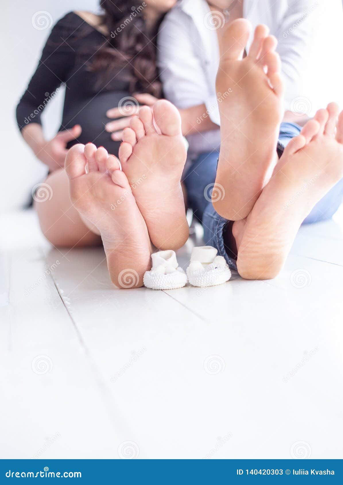 Μια έγκυος γυναίκα και ο σύζυγός της που κρατούν τα χέρια τους η έγκυος γυναίκα συζύγω&n