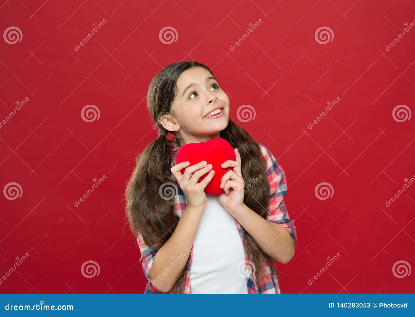 Μια αγάπη μια καρδιά Μικρό κορίτσι που κρατά την κόκκινη καρδιά Κατοχή του προβλήματος καρδιών και heartache Λίγο παιδί που εκφρά