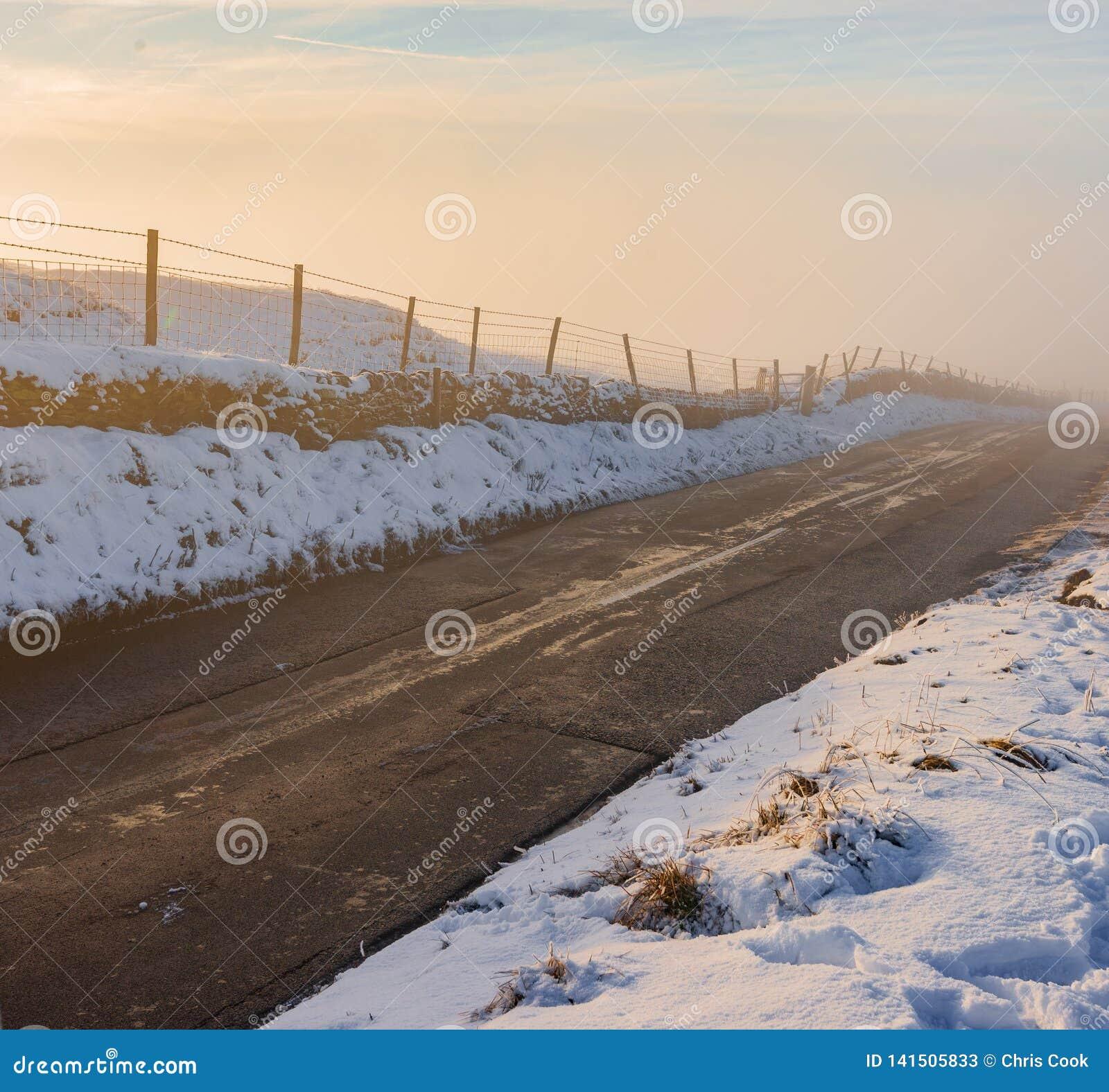 Μια βαθιά ομίχλη αυξάνεται από μια εθνική οδό στο μέσο του χειμώνα, 2019