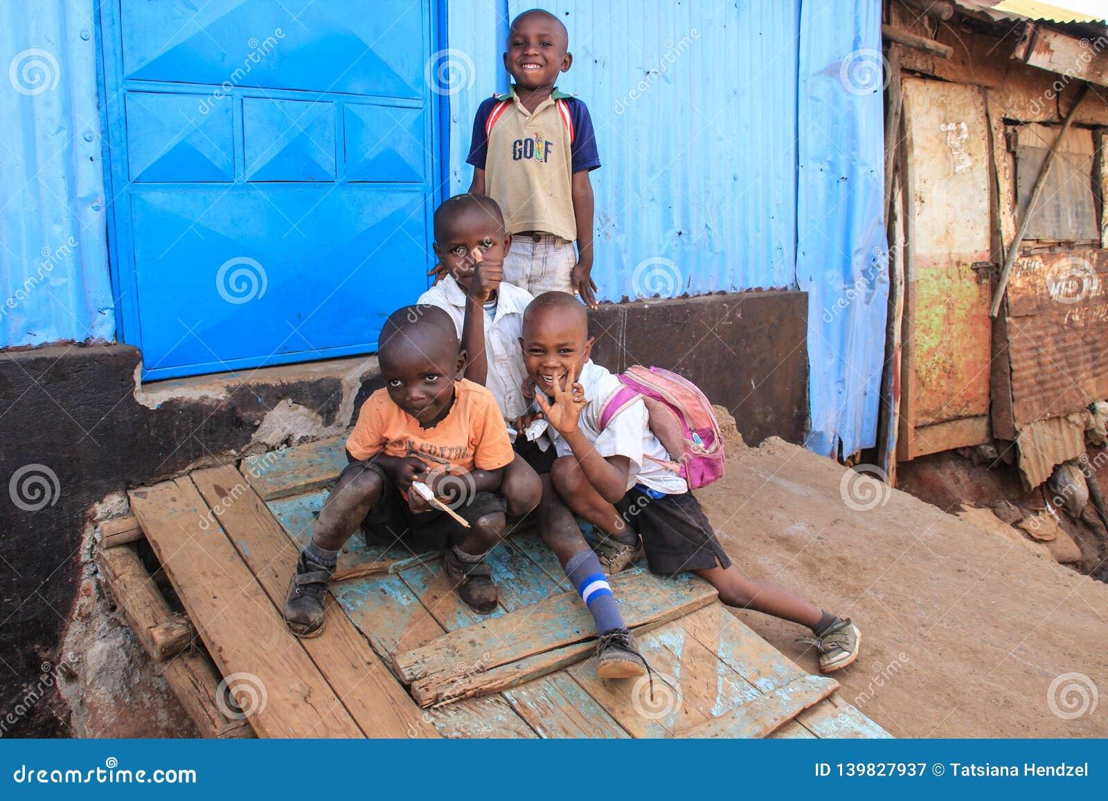 Μια ομάδα φτωχών παιδιών σε μια καλύβα ουδετεροποίησης στις τρώγλες