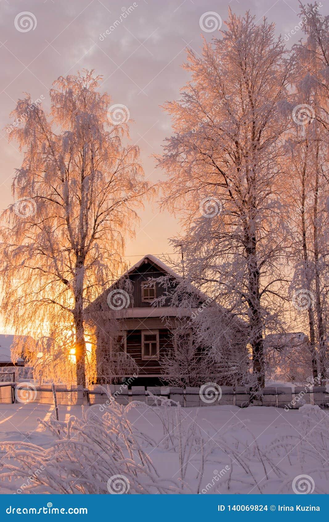 Μικρό, ξύλινο, όμορφο, ξύλινο σπίτι στο ηλιοβασίλεμα
