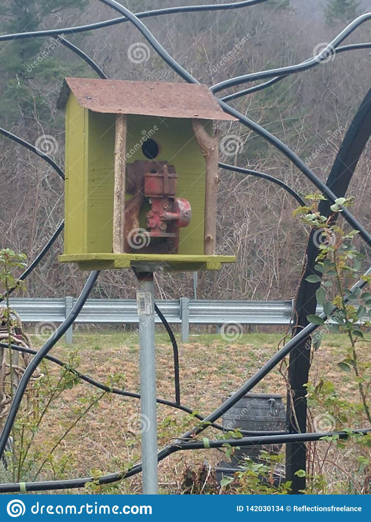 Μικρό ξύλινο σπίτι πουλιών